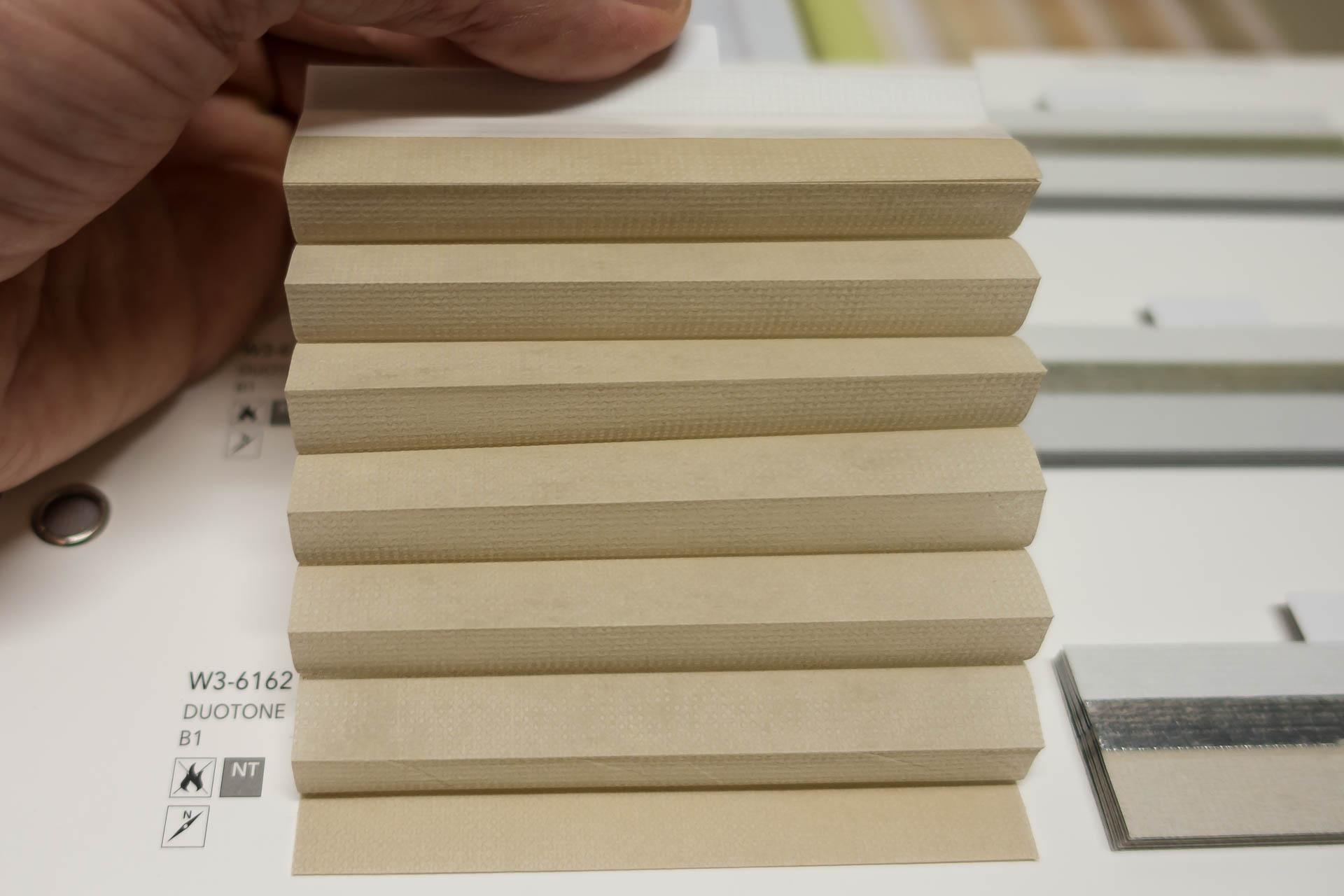 "Waben-Plissee-Stoff aus der Farbkarte ""Duotone B1"" | Material: 100 % PES schwer entflammbar nach DIN 4102 B1"