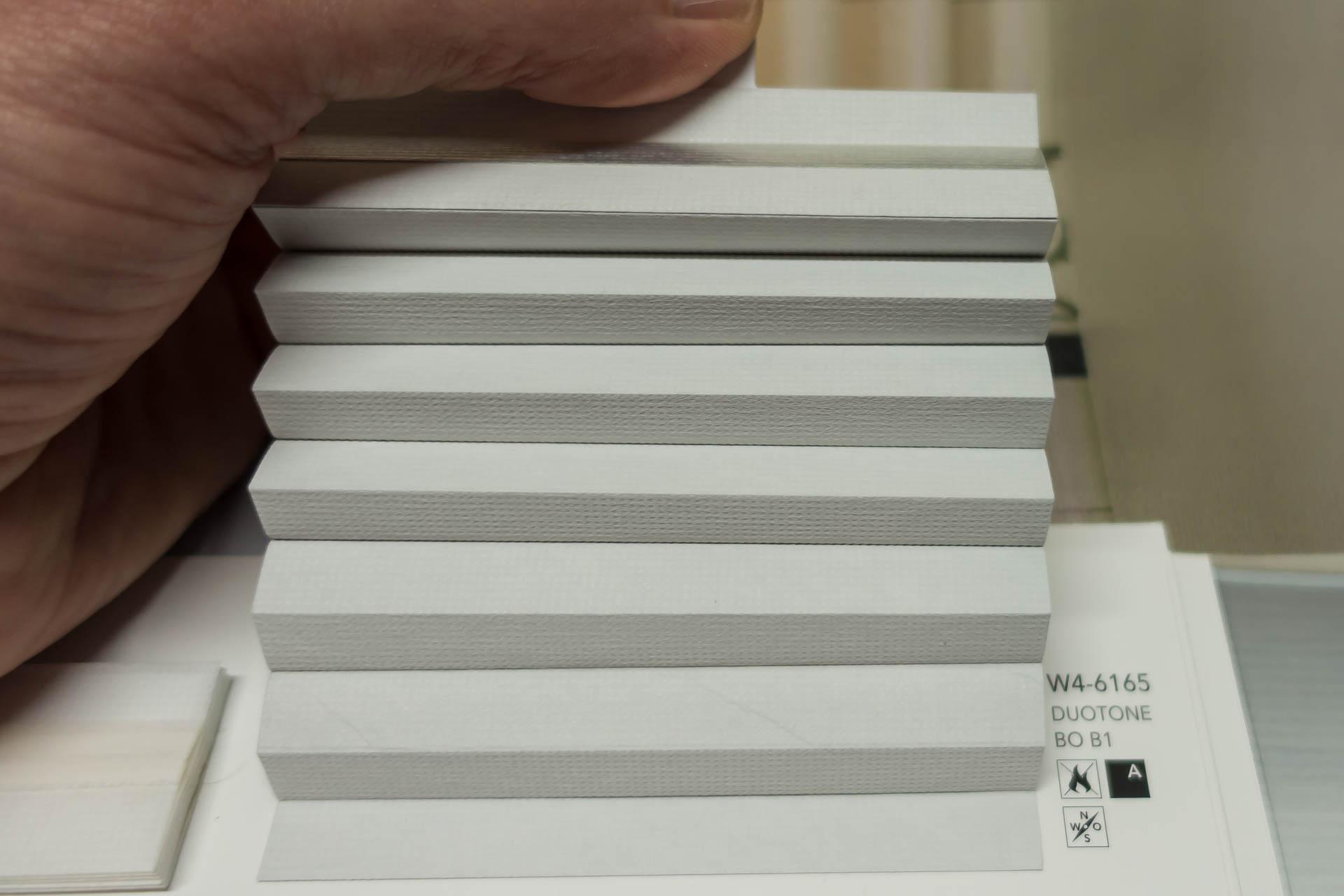 "Waben-Plissee-Stoff aus der Farbkarte ""Duotone BO B1"" | Material: 100 % PES schwer entflammbar nach DIN 4102 B1"