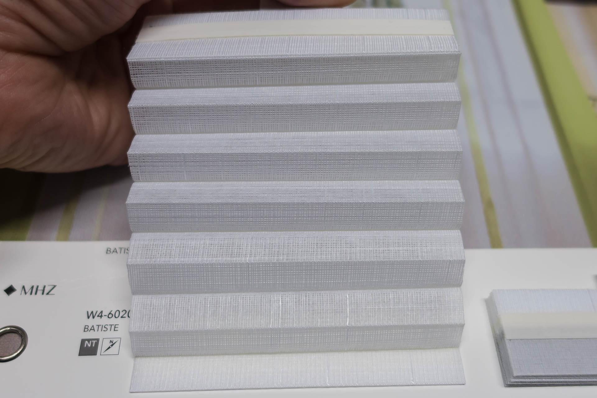 "Waben-Plissee-Stoff aus der Farbkarte ""Batiste"" | Material: 100 % PES"