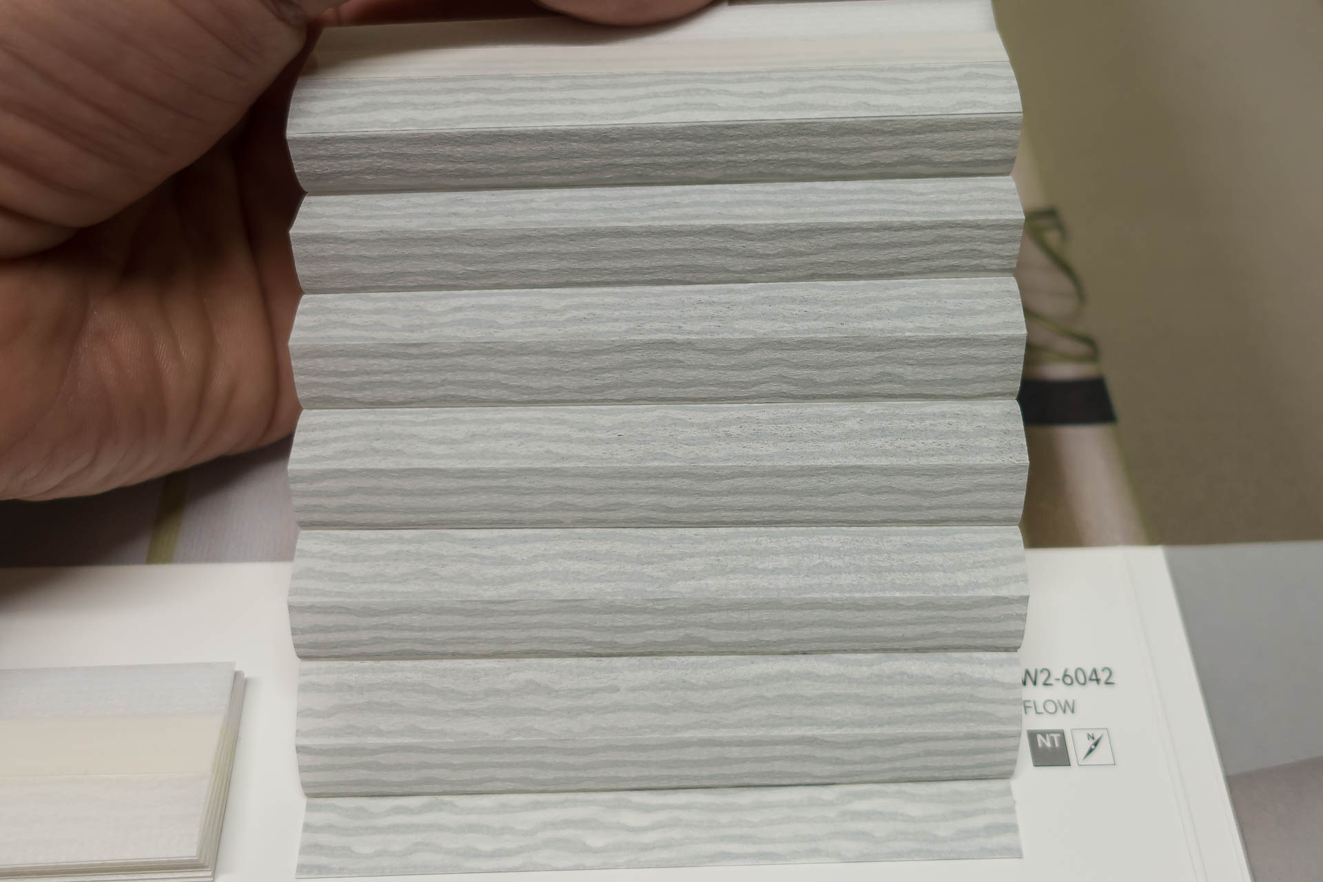 "Waben-Plissee-Stoff aus der Farbkarte ""Dessins Flow"" | Material: 100 % PES"
