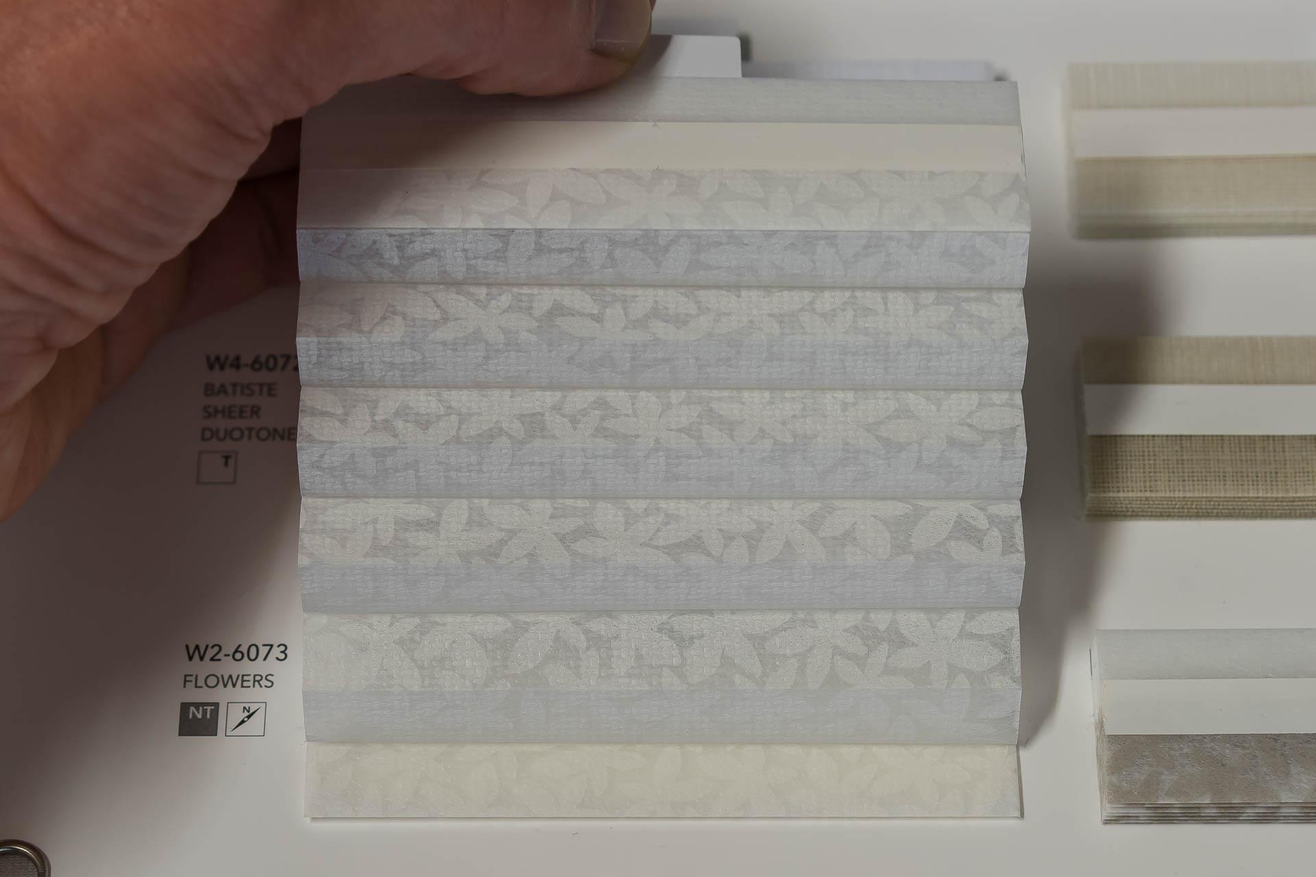"Waben-Plissee-Stoff aus der Farbkarte ""Dessins Flowers"" | Material: 100 % PES"