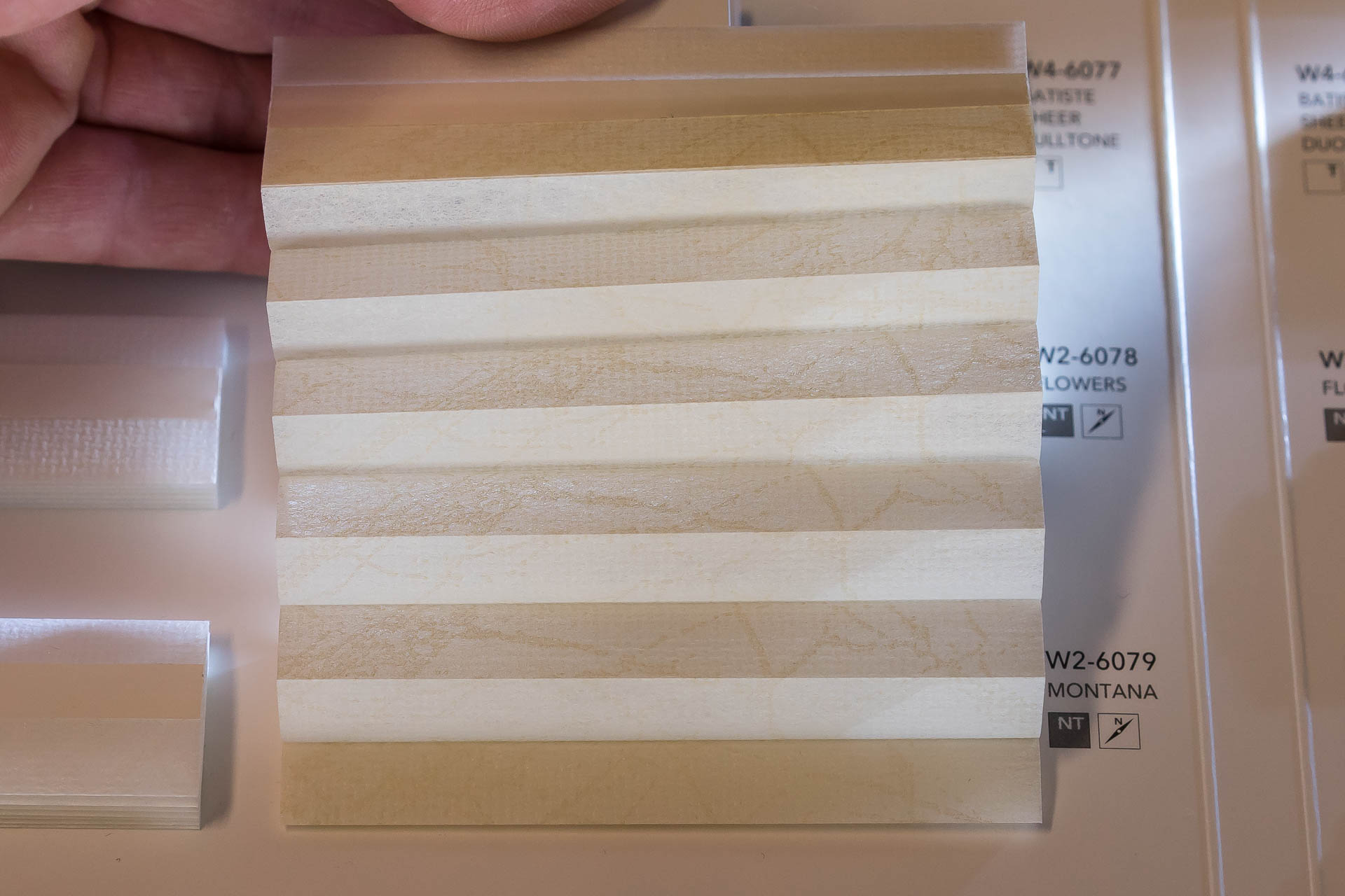 "Waben-Plissee-Stoff aus der Farbkarte ""Dessins Montana"" | Material: 100 % PES"