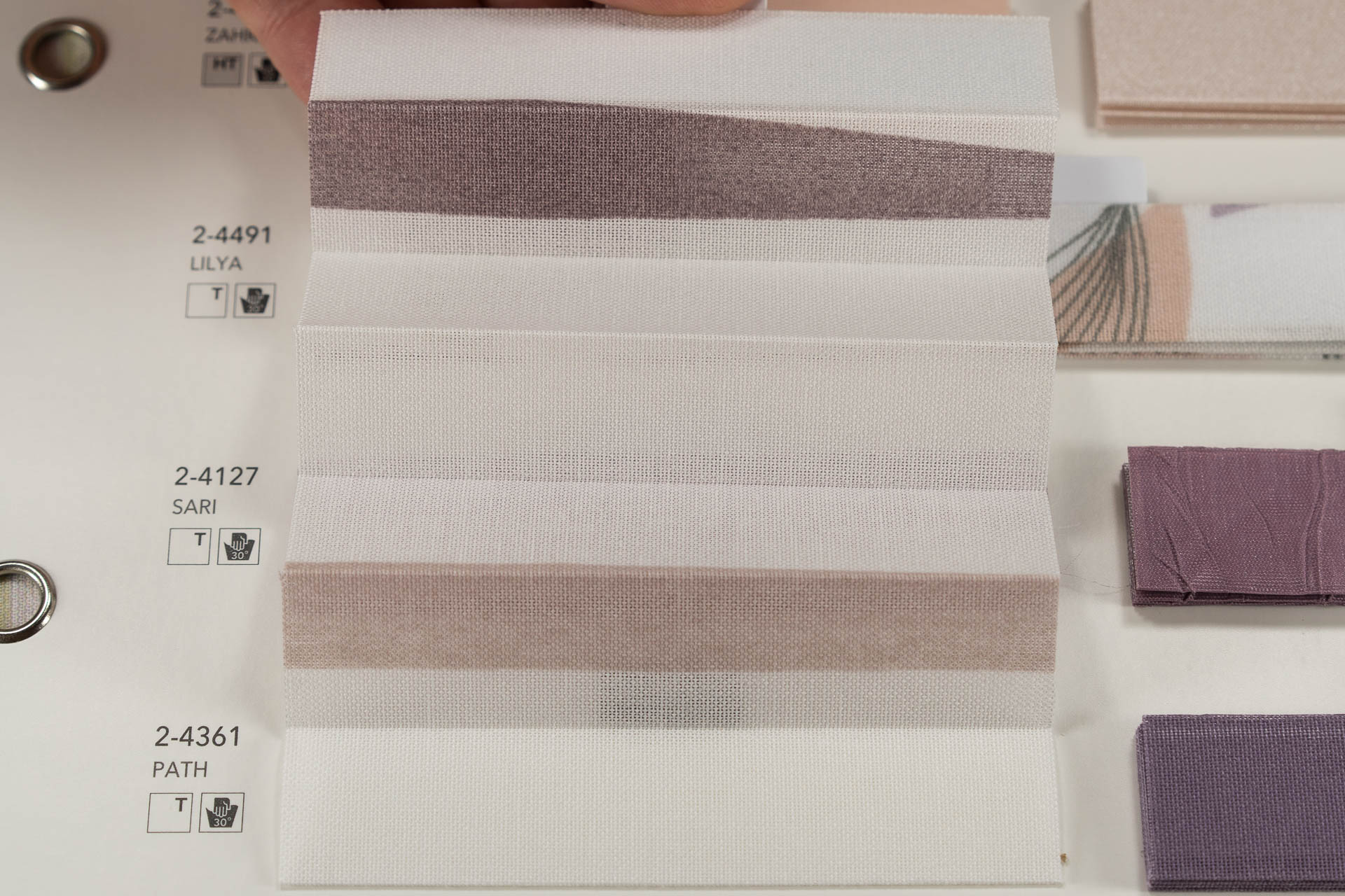 "MHZ Plissee Stoff Muster aus der Farbkarte ""15 sweet purpur""   Material: 100 % PES"