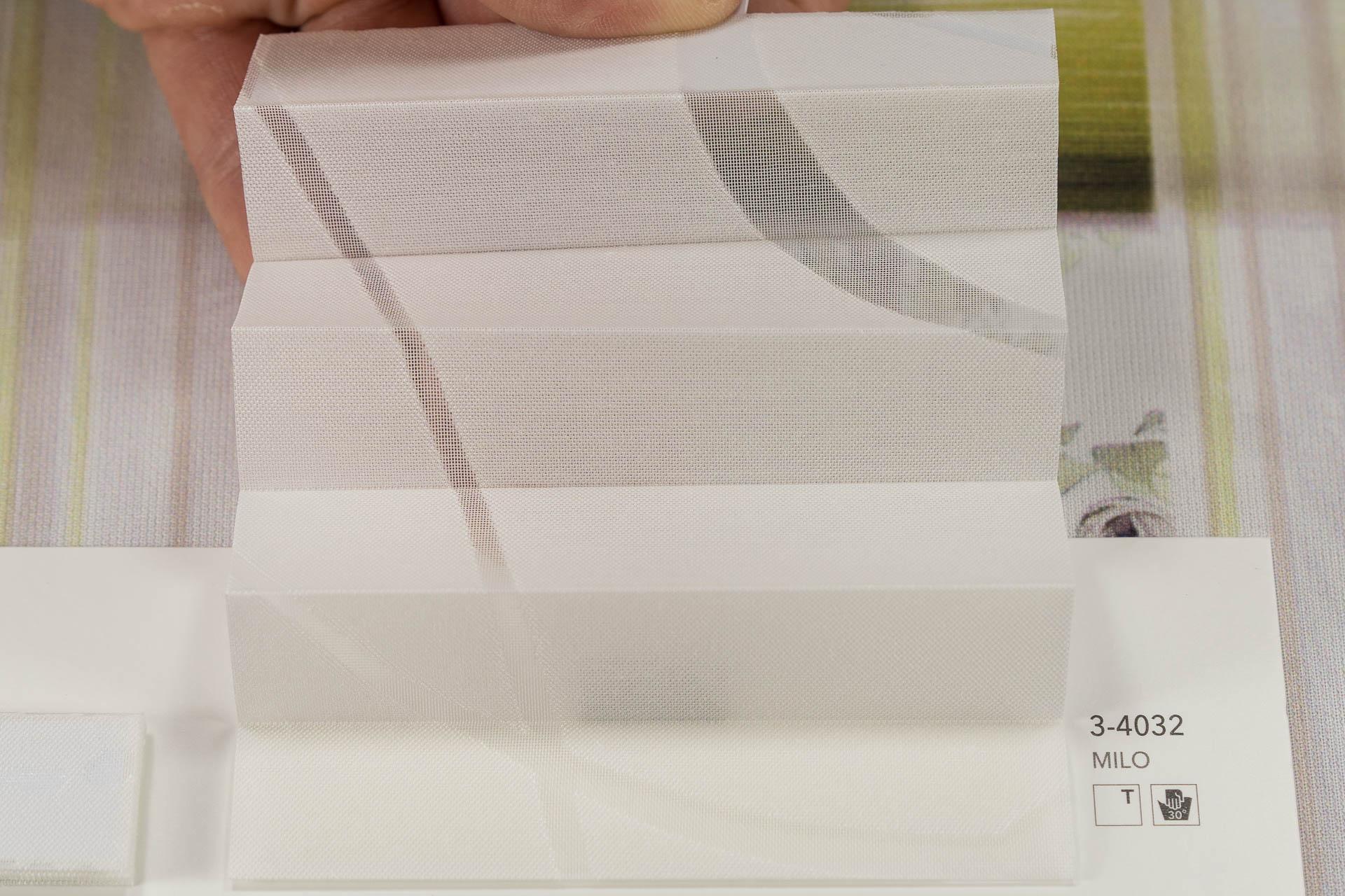 "MHZ Plissee Stoff Muster aus der Farbkarte ""2 white styles""   Material: 59 % PES / 41 % CV"
